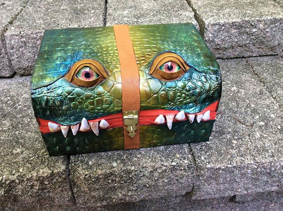 1. Сделайте свой чемодан приметным.