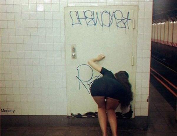И тут я забыл, зачем спустился в метро  девушки, прикол, юмор