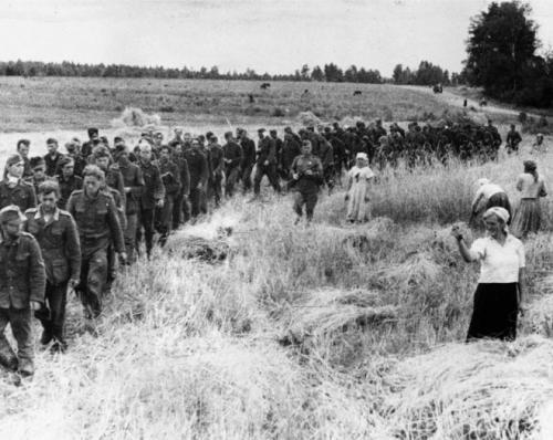 Женщина показывает кукиш немецким военнопленным, 1944 год интересно, история, фото