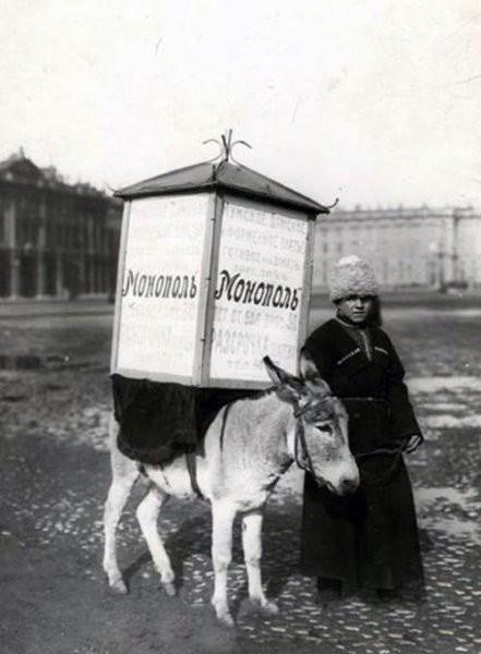 Живая реклама торгового дома «Монополь» на Дворцовой площади, 1910 год интересно, история, фото