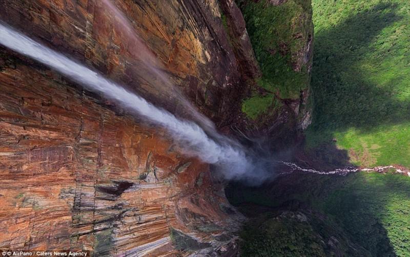 Самый высокий в мире водопад Анхель достигает почти 1000 м в высоту - это в около 15 раз выше, чем Ниагарский водопад беспилотники, достопримечательности, дроны, фото