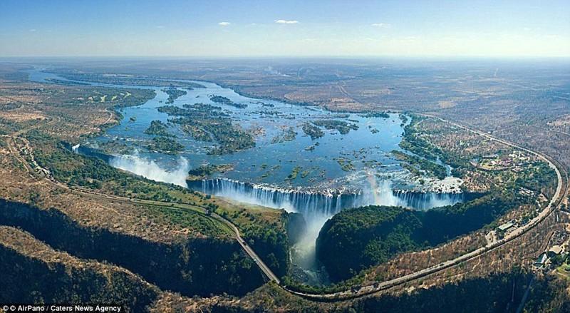Водопад Виктория - самый большой водопад в мире на реке Замбези на границе Зимбабве и Замбии беспилотники, достопримечательности, дроны, фото