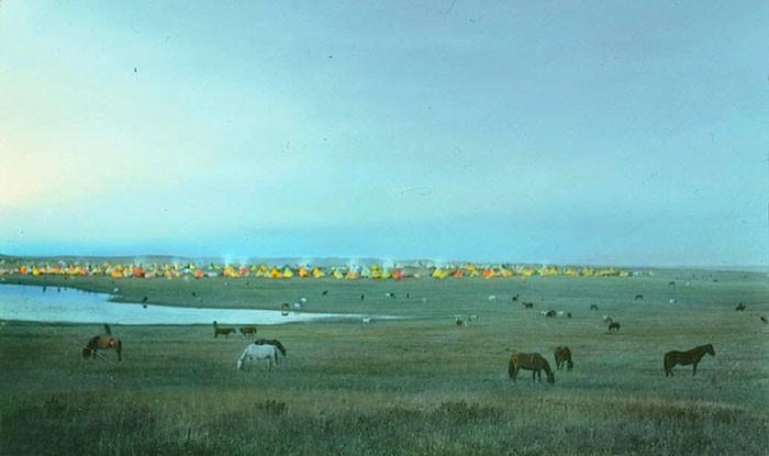 Лагерь племени черноногих индейцев и пасущиеся лошади. Монтана, 1900-е, Вальтер МакКлинток архивные снимки, индейцы, раскрашенные, фотографии в цвете