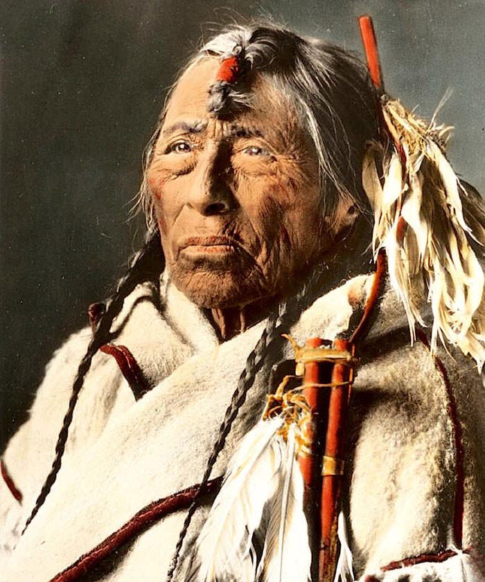 Стрела Орла. Племя сиксика, Монтана, 1900-е, Вальтер МакКлинток архивные снимки, индейцы, раскрашенные, фотографии в цвете
