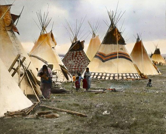 """""""Раскрашенные типи вождей"""". Племя черноногих, Монтана, начало 1900-х. Вальтер МакКлинток архивные снимки, индейцы, раскрашенные, фотографии в цвете"""