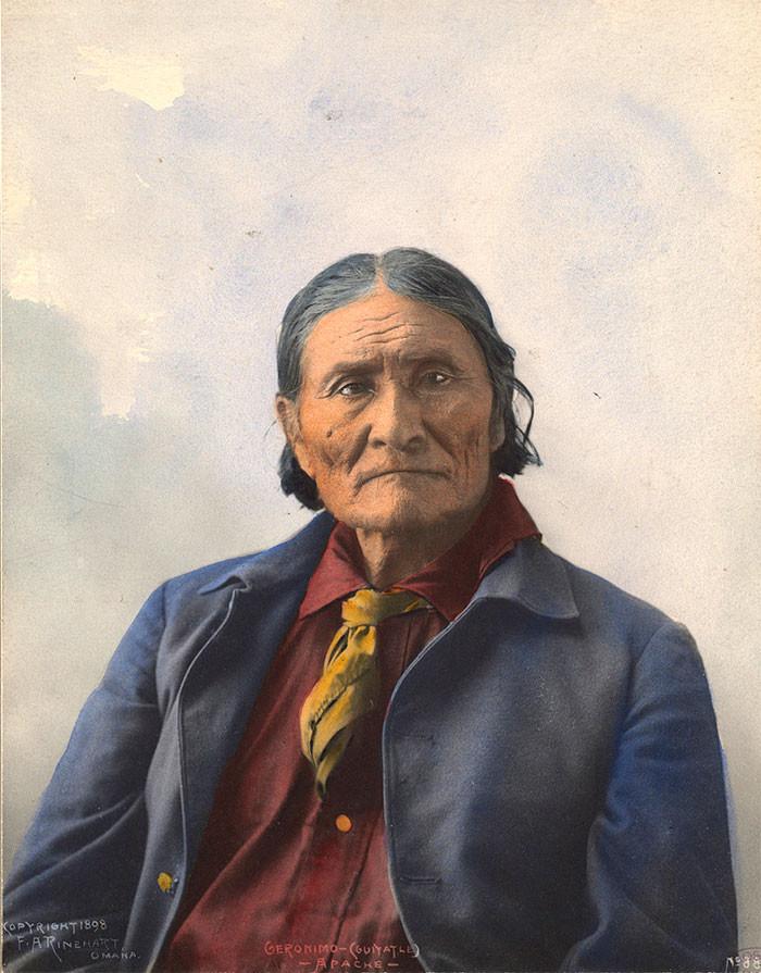 """Джеронимо (Гоятлай - """"Тот, кто зевает""""). Легендарный предводитель чирикауа-апачей. 1898 г., фотограф Ф. A. Райнхарт архивные снимки, индейцы, раскрашенные, фотографии в цвете"""