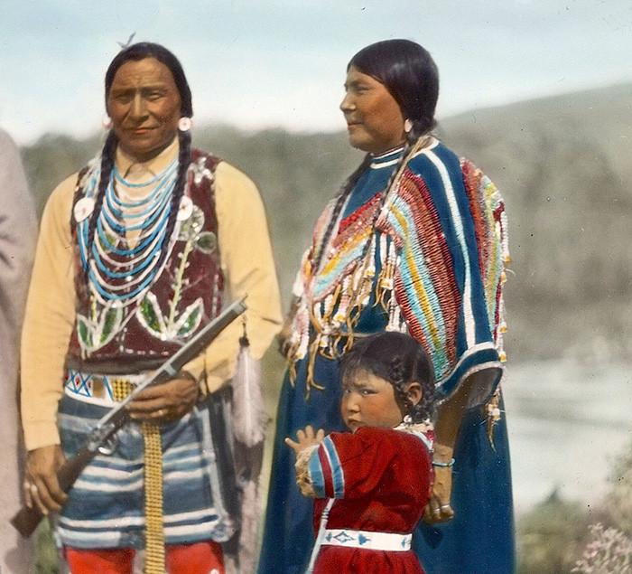 Семья индейцев племени черноногих. Монтана, начало 1900-х, Вальтер МакКлинток архивные снимки, индейцы, раскрашенные, фотографии в цвете