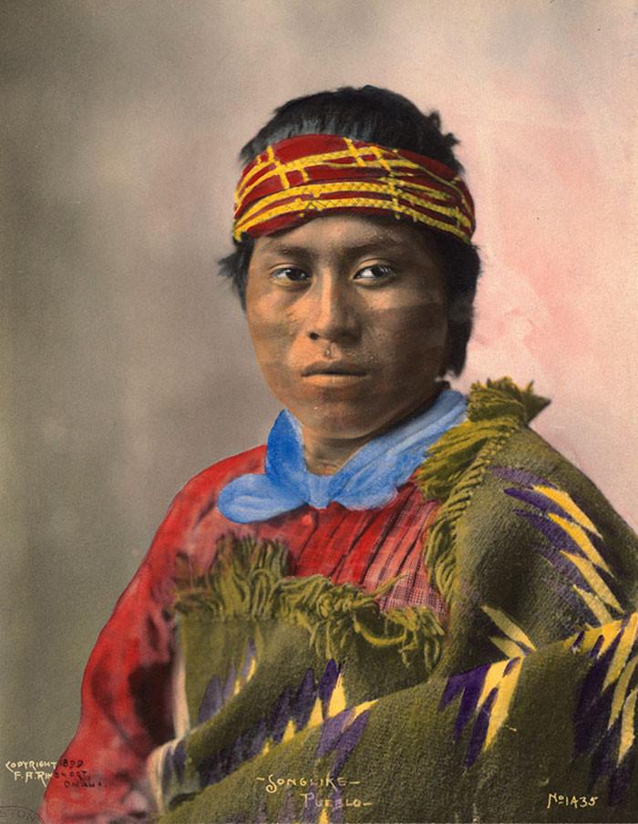 """""""Подобный песне"""". Индеец племени пуэбло, 1899 г., фотограф Ф. А. Райнхарт архивные снимки, индейцы, раскрашенные, фотографии в цвете"""