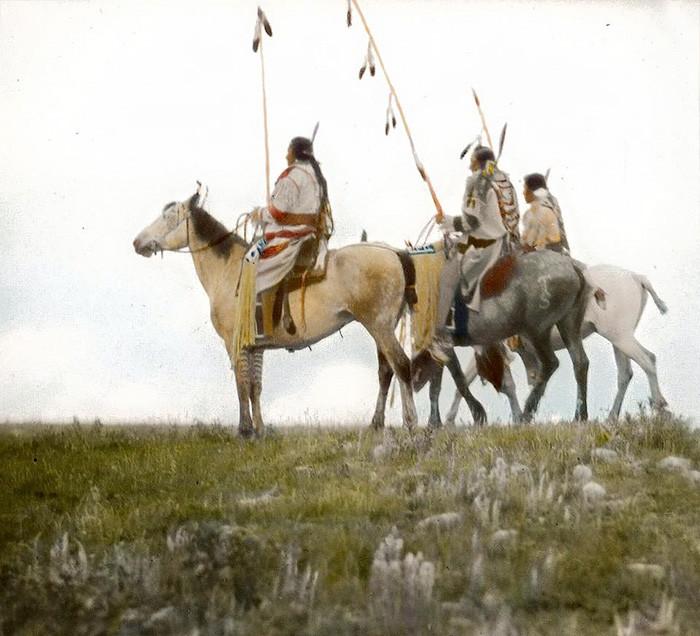 Всадники с жезлами для ку. Племя черноногих. Монтана, начало 1900-х, Вальтер МакКлинток архивные снимки, индейцы, раскрашенные, фотографии в цвете