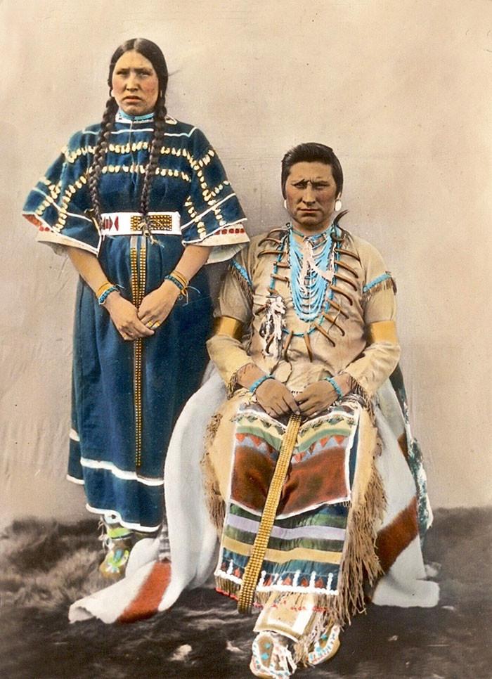 Пара. Племя черноногих. Монтана, начало 1900-х, Вальтер МакКлинток архивные снимки, индейцы, раскрашенные, фотографии в цвете