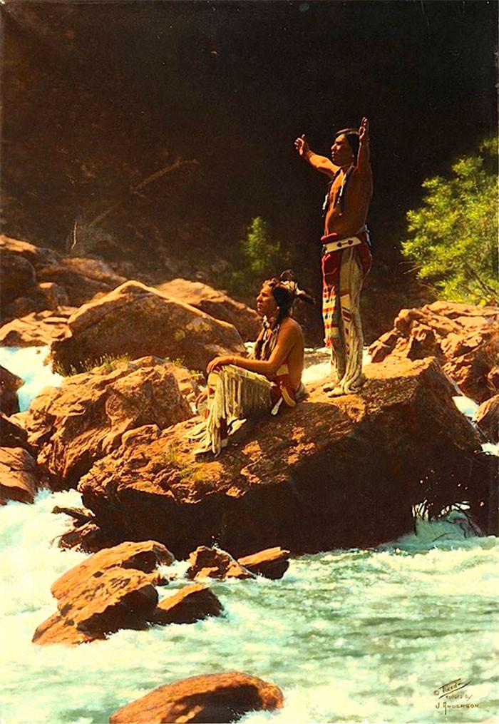 Мужчины племени пиеганы, возносящие молитву буревестнику у реки в штате Монтана. 1912 г., фотограф Роланд В. Рид архивные снимки, индейцы, раскрашенные, фотографии в цвете