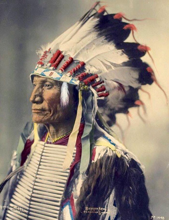 Сломанная Рука. Оглала Лакота. 1899 г. Фотограф Ф.А. Райнхарт архивные снимки, индейцы, раскрашенные, фотографии в цвете
