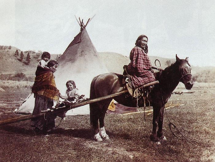 Сильная Левая Рука с семьёй. Резервация северных шайеннов. 1906 г., фотограф Джулия Тьюэлл архивные снимки, индейцы, раскрашенные, фотографии в цвете