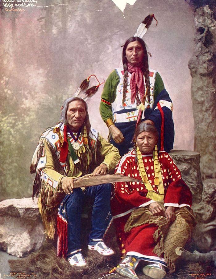 Вождь Маленькая Рана с семьёй. Оглала лакота, 1899 г., Heyn Photo архивные снимки, индейцы, раскрашенные, фотографии в цвете