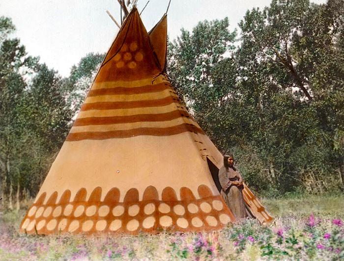 Типи Того, кто делает закат солнца. Лагерь черноногих индейцев. Начало 1900-х, Вальтер МакКлинток архивные снимки, индейцы, раскрашенные, фотографии в цвете