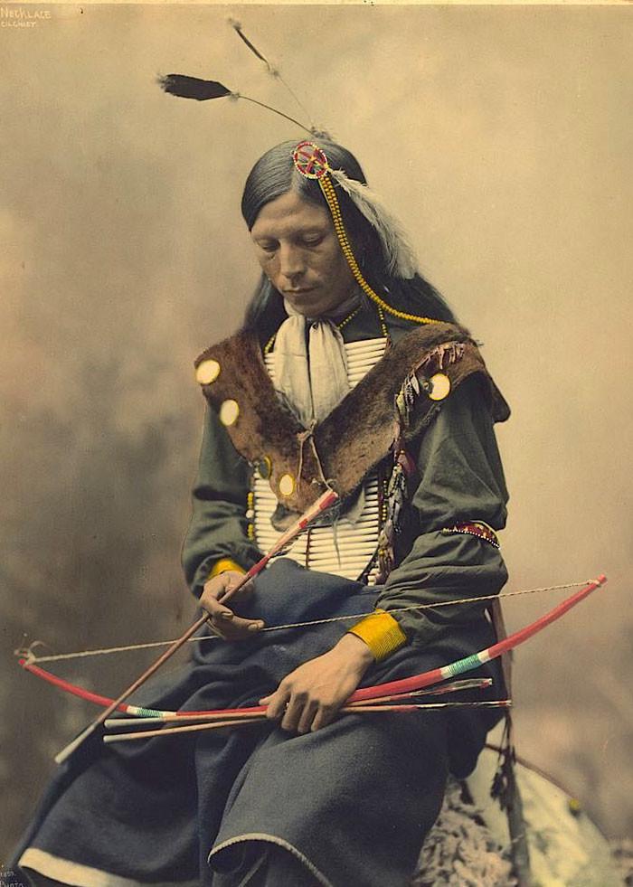 Ожерелье из костей. Вождь племени оглала лакота, 1899 г., Heyn Photo архивные снимки, индейцы, раскрашенные, фотографии в цвете