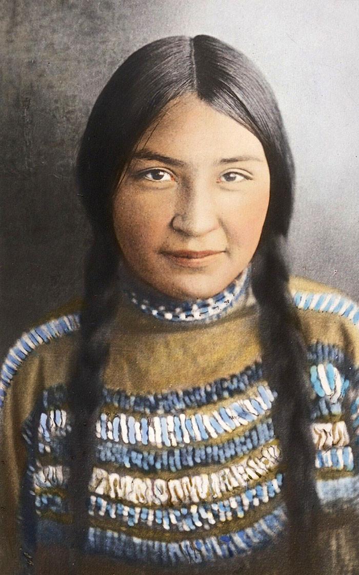 Девушка из племени черноногих. Монтана, начало 1900-х. Вальтер МакКлинток архивные снимки, индейцы, раскрашенные, фотографии в цвете