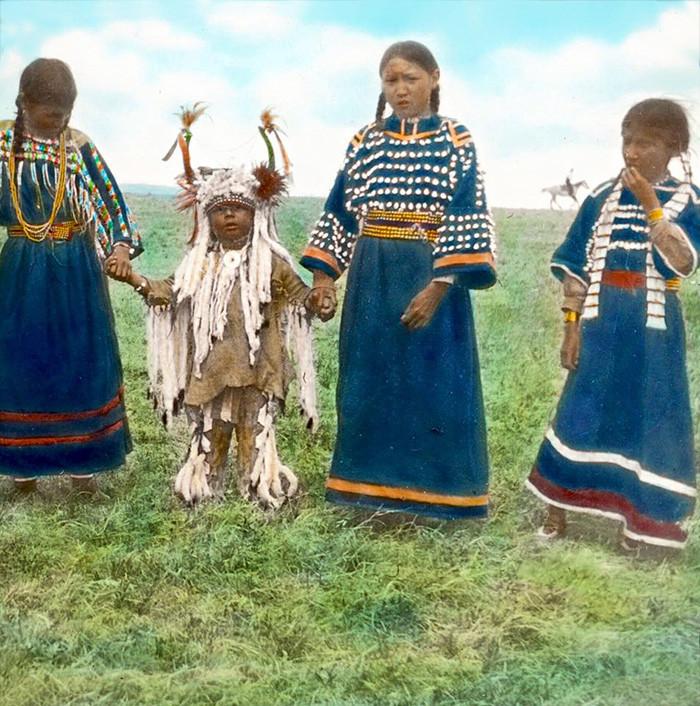 Дети племени черноногих. Монтана, начало 1900-х, Вальтер МакКлинток архивные снимки, индейцы, раскрашенные, фотографии в цвете