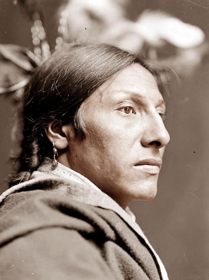 Амос Два Быка. Лакота, фотограф Гертруда Кезебир, 1900 г. архивные снимки, индейцы, раскрашенные, фотографии в цвете