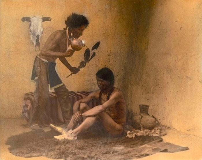 Знахарь с пациентом. Таос-Пуэбло, Нью-Мексико, 1905 г., фотограф Карл Мун архивные снимки, индейцы, раскрашенные, фотографии в цвете
