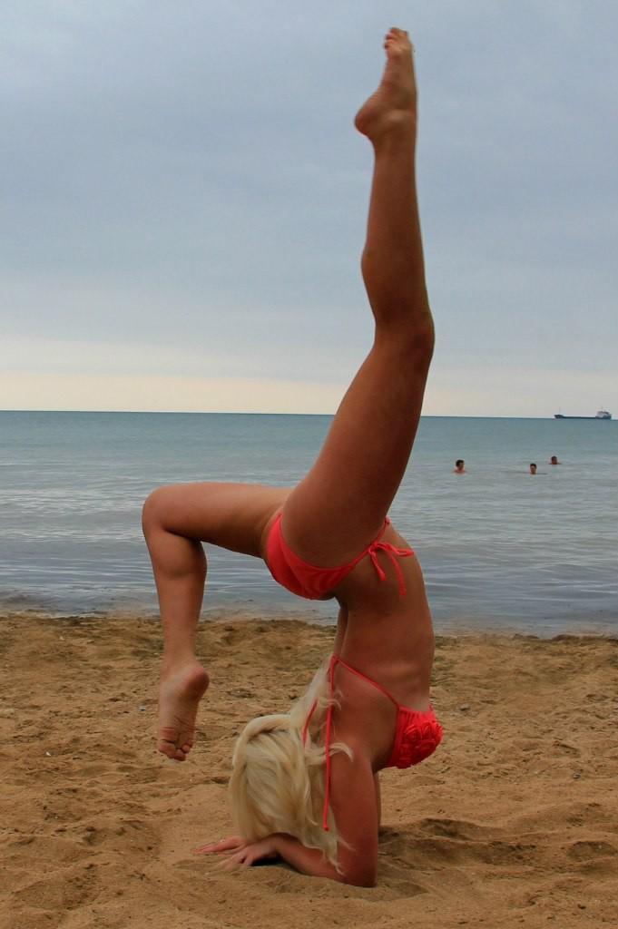 ощущала дикое гимнастки девушки на озере фото язык проникал