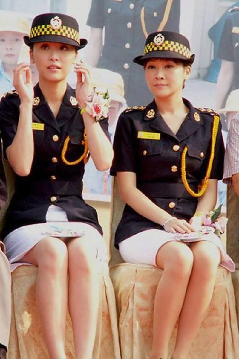 вдруг смотреть у девушек в военной форме под юбкой нас щадят… один