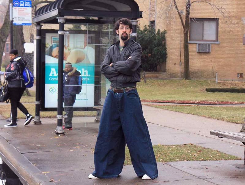 Как пел Паша Воля: «пацана не скрыть за широкими штанами». Конкретно за этими можно скрыть как минимум троих пацанов. идиоты, люди, мода, прикол, стиляги, юмор