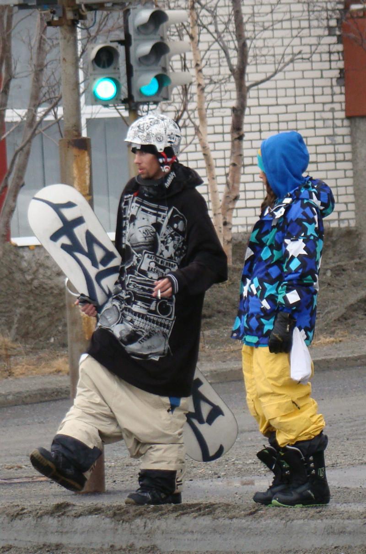 Судя по полноте его штанов, последний спуск с горы был очень страшным. идиоты, люди, мода, прикол, стиляги, юмор