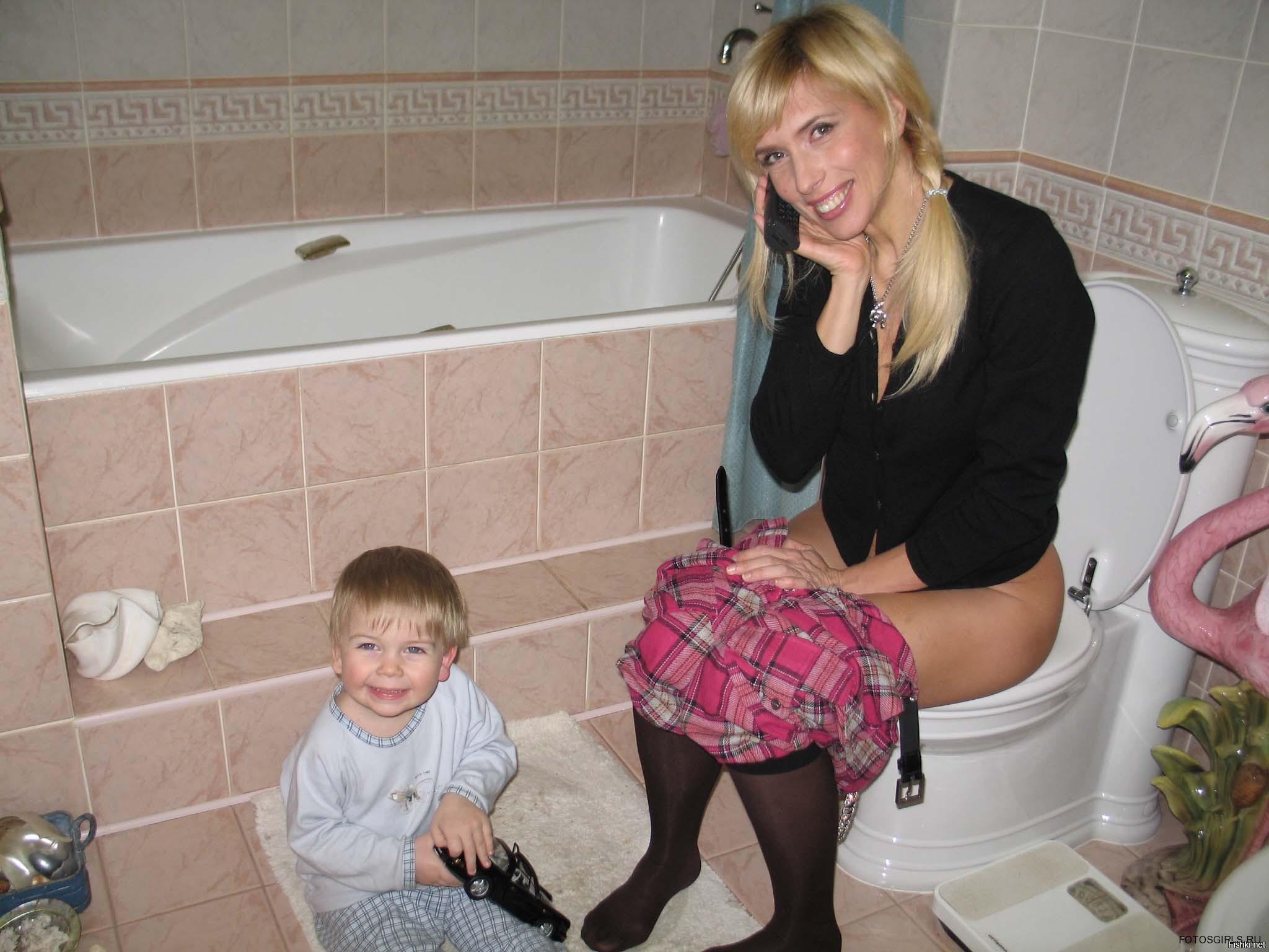Частное фото на унитазе, Девушки на унитазе (35 фото) Частное порно видео 20 фотография