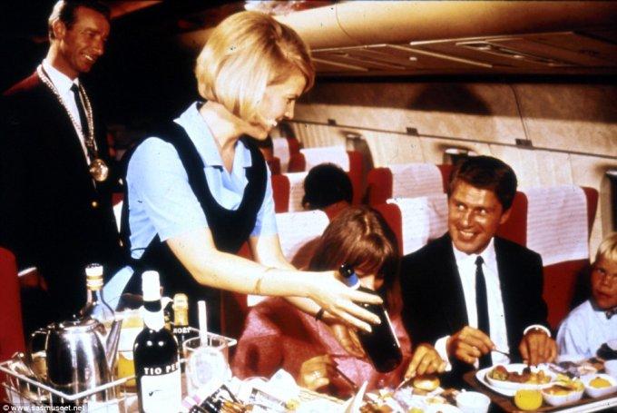 В 1970-х на отдельных рейсах, судя по всему, присутствовал даже сомелье. Одного из них мы видим, к примеру на этом фото, позади улыбающейся бортпроводницы.  еда, самолет