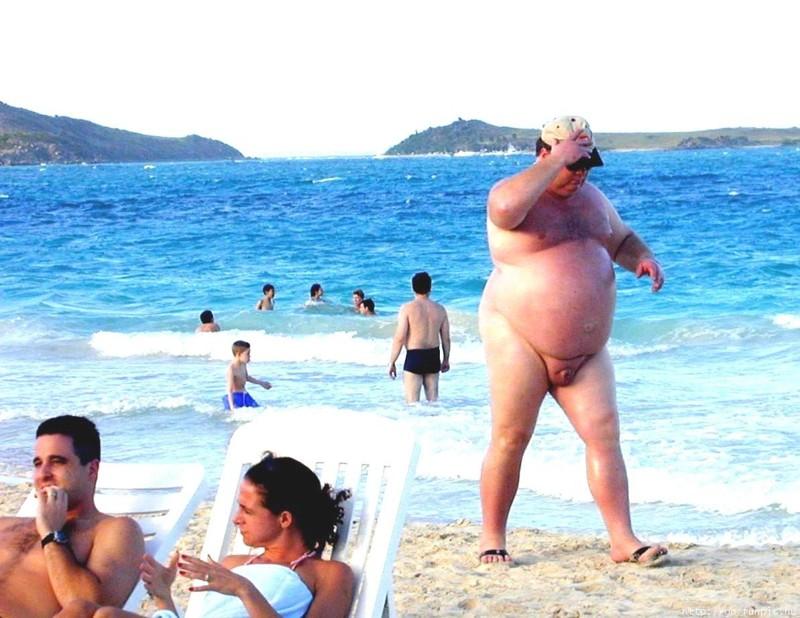 Мужик с толстым хером на пляже фото