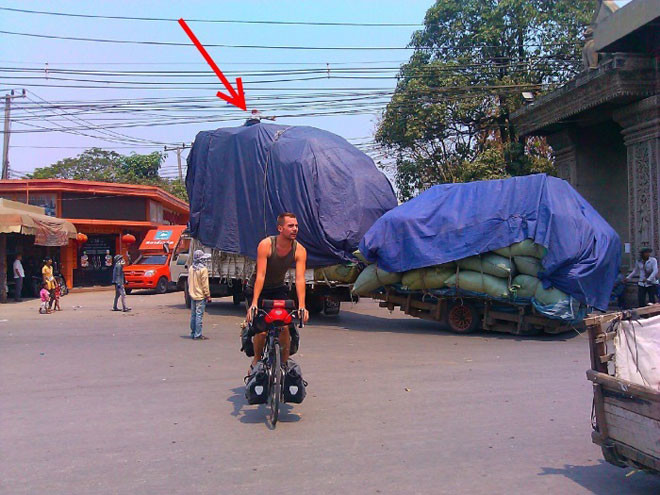 8. А наверху сидит человек и приподнимает провода над фурой… люди, таиланд, юмор