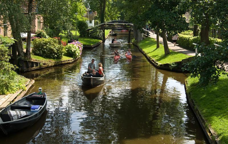 Со временем образовавшиеся с перекапыванием углубления превратились в водоемы венеция, голландия, каналы, тишина, туризм
