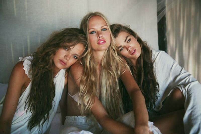 Девушку трое красивую