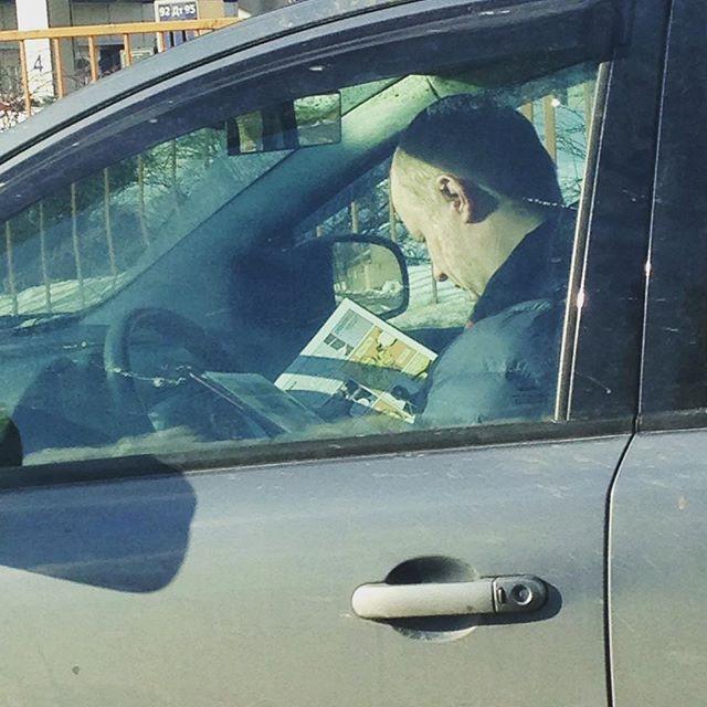 Что может быть лучше свежей прессы перед работой... водитель, маршрутка, прикол, пробка, юмор