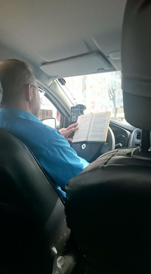 А некоторые водители предпочитают классическую литературу  водитель, маршрутка, прикол, пробка, юмор