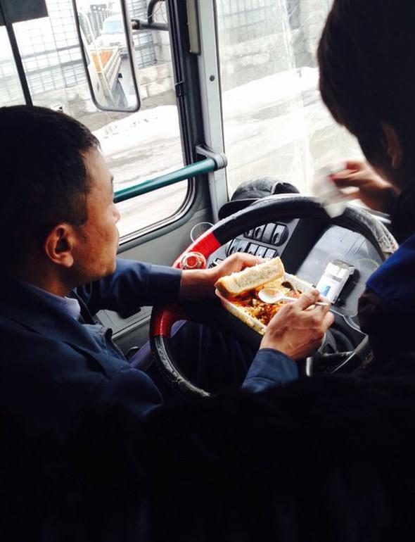 Некоторые умудряются плотно перекусить во время нахождения в пробке  водитель, маршрутка, прикол, пробка, юмор