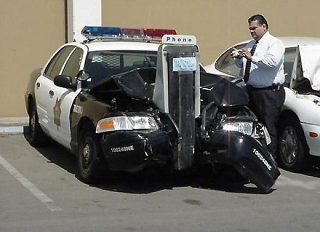 Не только наши доблестные полицейские умеют разбивать свои машины. Забугорные копы тоже кое-чего могут. аварии, автомобили, водители, прикол, юмор