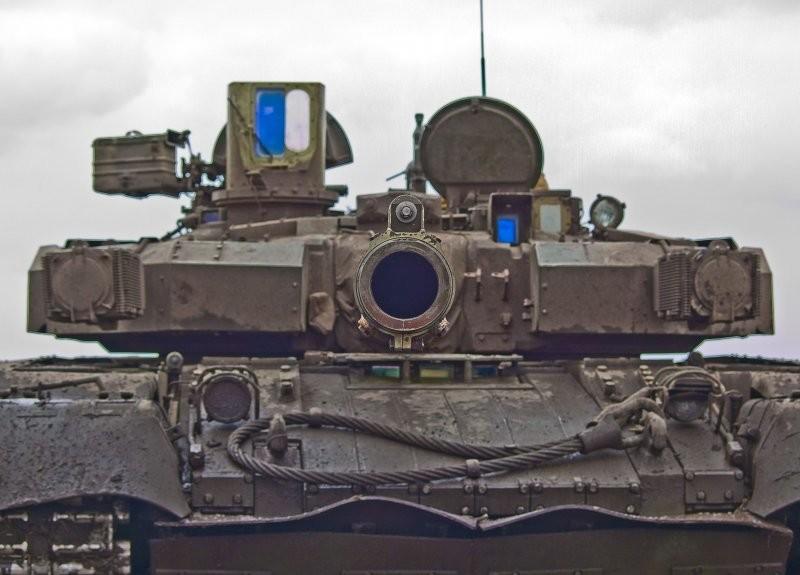 Девушки сидящие на танке