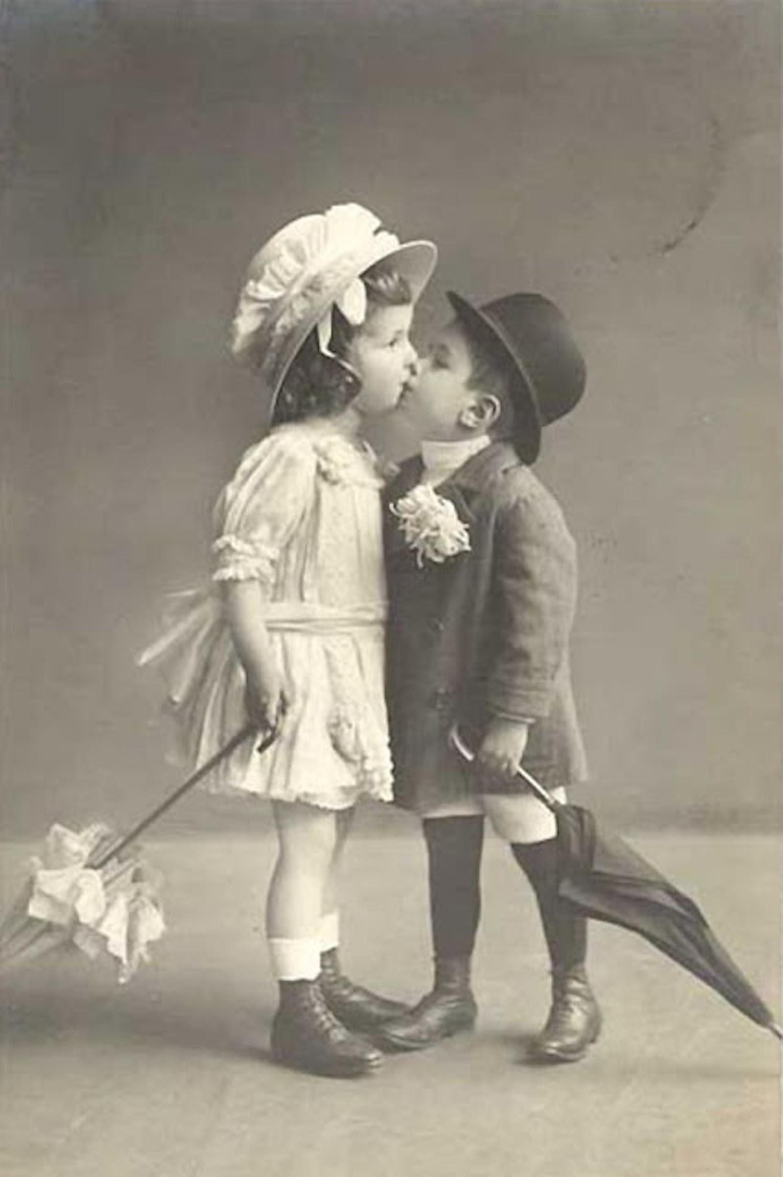 Открытка девочка целует мальчика, картинки мая
