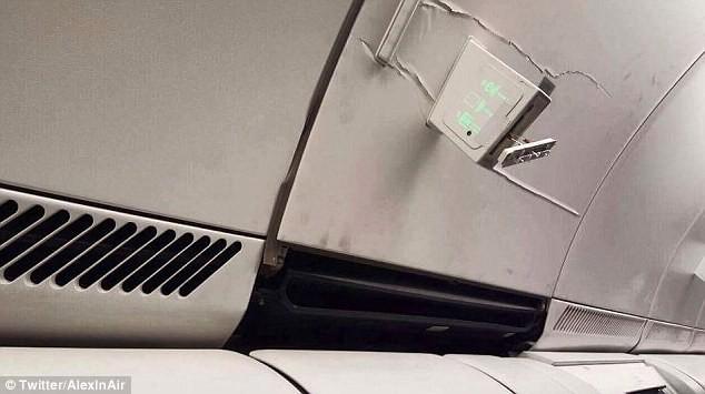 Как рассказал очевидец, самолет так сильно затрясло, что один пассажир головой проломил пластиковую панель последствие, самолет, турбулентность