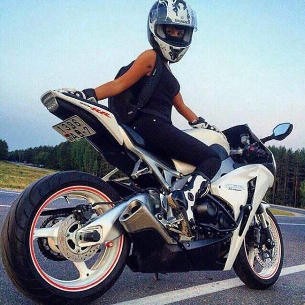 Сексуальные ноги девушек на мотоцикле
