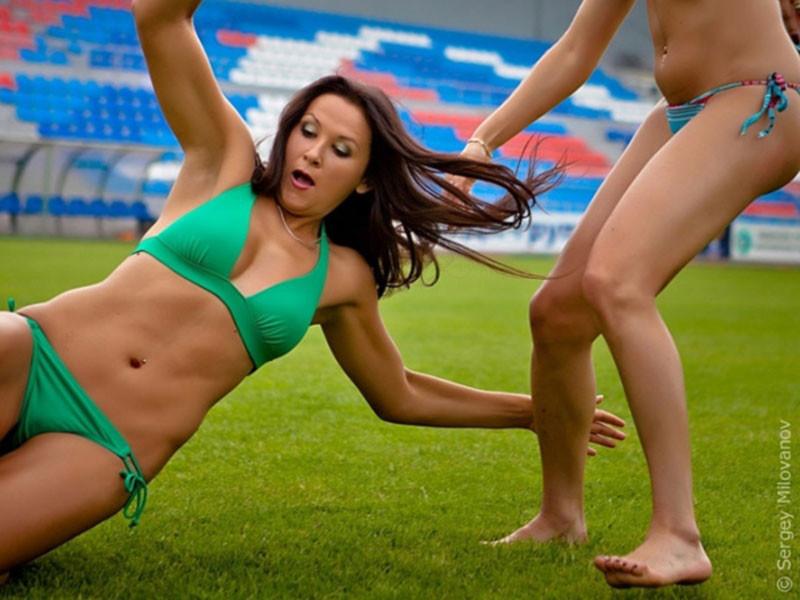 Женский футбол в стрингах мужчины в женских чулках и женском белье в контакте