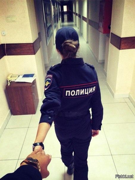 Девушка с надписью на спине полиция, днем татьяна