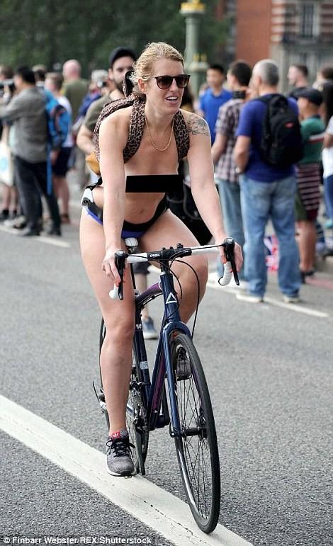 Лондонские велосипедисты разделись догола велосипеды, обнаженка, странная демонстрация, удивительное рядом