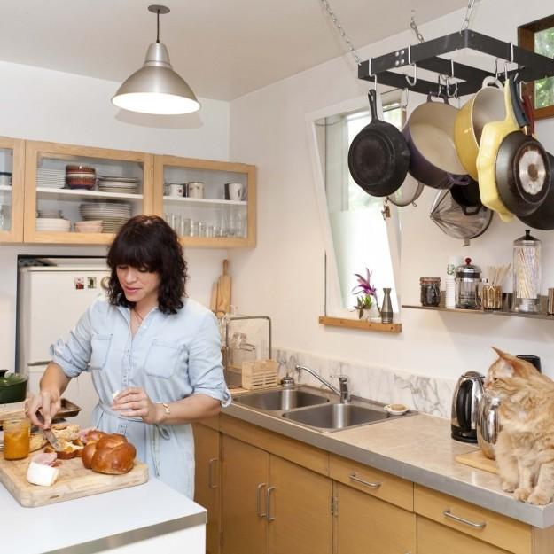9. Развесьте сковородки и кастрюли, чтобы освободить место в шкафчиках интерьер, квартира, советы, хитрости