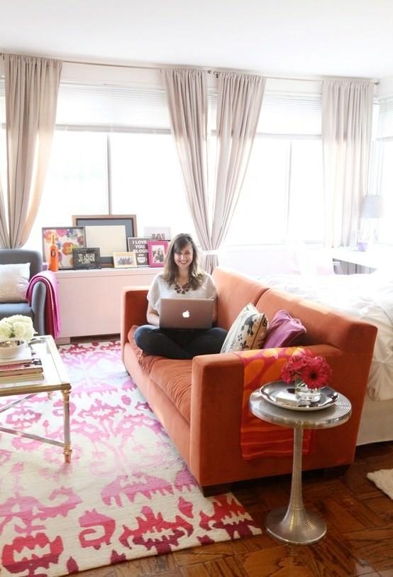 3. Поставьте диван в изножье кровати, чтобы разделить спальное и жилое пространство интерьер, квартира, советы, хитрости