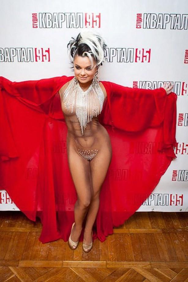 Наташа королева без трусов вышла на сцену фото
