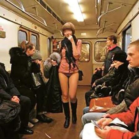 """Похоже, что это была единственная из России участница акции """"В метро без штанов"""" без штанов, в труселях, дома забыли, прикол"""
