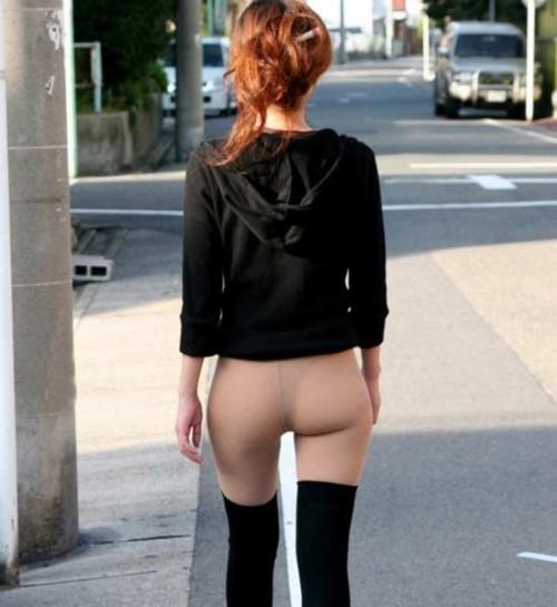 То ли на работу идёт, то ли уже пришла... без штанов, в труселях, дома забыли, прикол